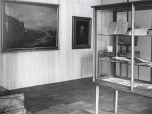 Fragment ekspozycji wystawy na jubileusz utworzenia Uniwersytetu Warszawskiego w 1958 roku.